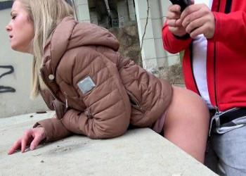 Imagen Acepta dinero a cambio de follar en público con un desconocido