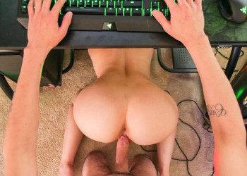 Imagen Aparece su hermanastra e interrumpe su partida queriendo sexo