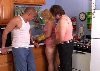 Imagen Divorciada deja que dos tipos prueben su coño en la cocina