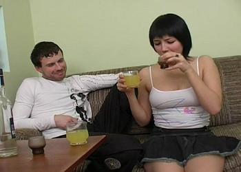 Imagen Emborracha a su amiga rusa y le acaba dando por el culo