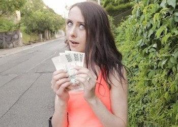 Imagen Flaca morena se abre de piernas por un fajo de billetes