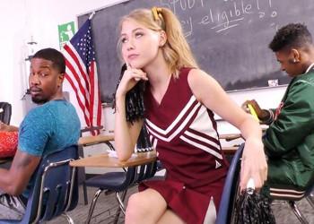 Imagen Joven animadora se lanza a por dos mulatos en clase