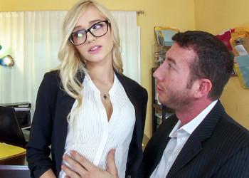Imagen La secretaria paga su error con una follada en la oficina