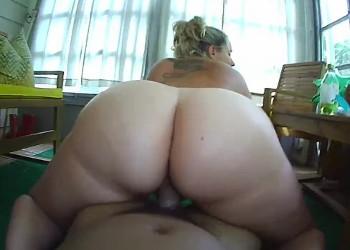 Imagen Menea su culo gordo sobre el pollón de su chico hasta que se corre