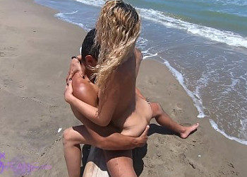 Imagen No hay nadie en la playa y aprovechan para follar sobre la arena