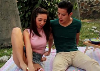 Imagen Picnic romántico con su novia mexicana que acaba en sexo