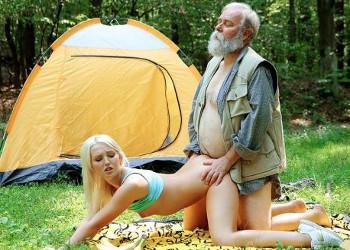 Imagen Se va de acampada con su abuelo y acaban follando