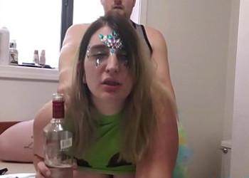 Imagen Su amiga gorda acaba borracha y no duda en follársela